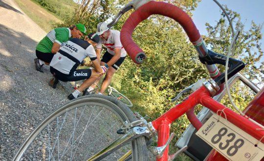 Nord e Sud Italia unite, questo l'obiettivo del viaggio in solitaria di Andrea Sartori con #VersoSud. In questa immagine: bicicletta da corsa Eroica e ciclisti. ripresi durante la tappa in Val D'Orcia