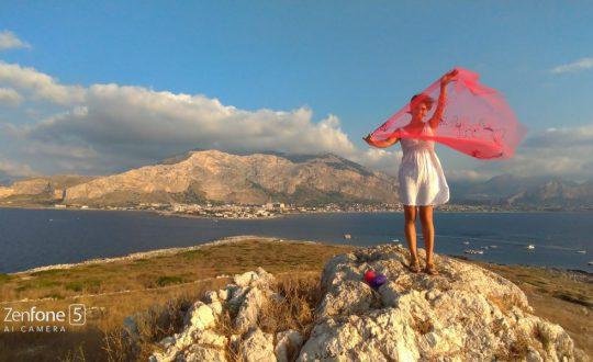 Grazia Inserillo, sarta siciliana, posa all'Isola delle Femmine per Andrea Sartori in occasione della tappa finale di #VersoSud, un viaggio on the road e progetto di videomarketing