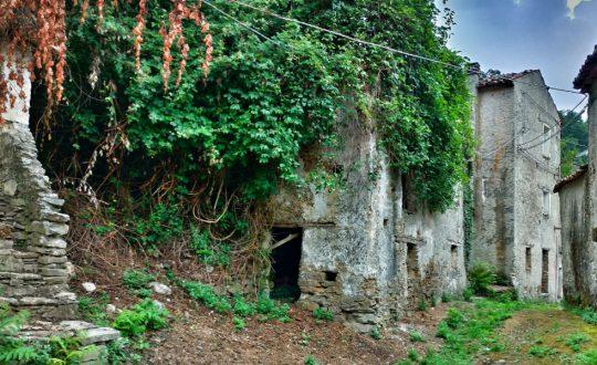 #VersoSud - il viaggio dei contrasti: nell'immagine un paese in stato di abbandono sulla Sila